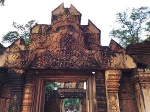 banteay-srei-perfect-gamer-holiday-entrance-carvings