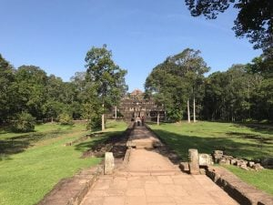 bayon-angkor-thom-perfect-gamer-holiday-baphuon-bridge