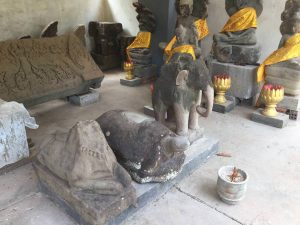 conservation-d-angkor-perfect-gamer-holiday-practicing-buddhism
