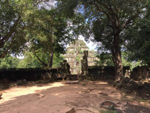 prasat-thom-koh-ker-perfect-gamer-holiday-pyramid-approaching