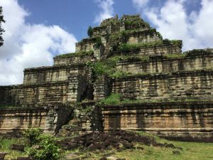 prasat-thom-koh-ker-perfect-gamer-holiday-pyramid-scale-people